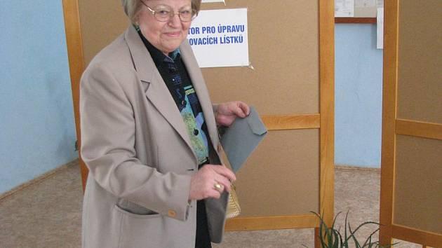Do volebního okrsku s číslem jedna dorazila v pátek krátce po patnácté hodině vhodit svůj hlas také Vlasta Kutilová (na fotografii), která sdělila, že svého volebního práva využívá úplně pokaždé.