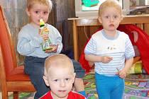 V rokycanské sokolovně začal sedmý běh kurzu výuky na počítačích. Týká se sedmi maminek na mateřské, jejichž ratolesti si zatím hrají v dětském koutku. V pondělí se tu líbilo Sárince, Davidovi i Luďkovi (zleva).
