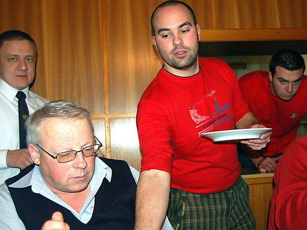 O tečku za valnou hromadou SDH Osek se postarali kulináři. Rozdávání uzenin sledovali i jednatel sboru Jaroslav Tuček (stojí  vlevo) a zástupce v okresním výkonném výboru Miroslav Hrubec (v okénku).