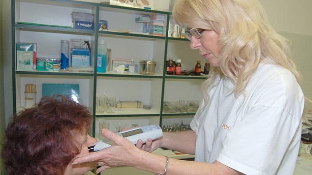 Lékařka Zuzana Vlková z ORL ordinace rokycanské nemocnice vyšetřuje pacienty pomocí ultrazvuku. Moderní metoda plně nahradí rentgen. Foto
