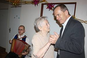 I VE SVÝCH 96 LETECH stále elegantní, vitální a velice duševně čilá Anna Sedláčková se při oslavě životního jubilea se starostou města Vladimírem Šmolíkem pustila i do tance.