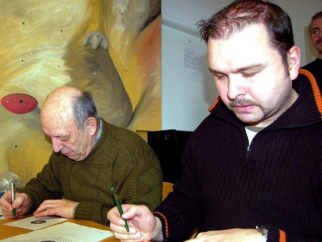 V tělocvičně rokycanského Domu dětí a mládeže se sčítání nástřelů věnovali Vladimír Douša a Tomáš Marek (zleva).