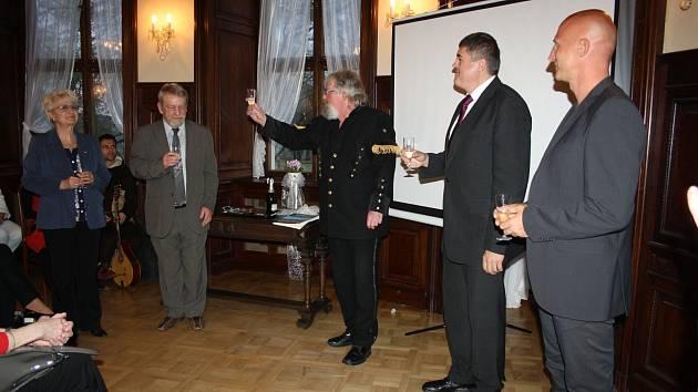 MIROŠOV SI PŘIPOMÍNÁ 650. jubileum a v rámci něj v se v pátek uskutečnil křest knihy vytvořené na počest výročí. Autorem je Martin Lang (uprostřed).