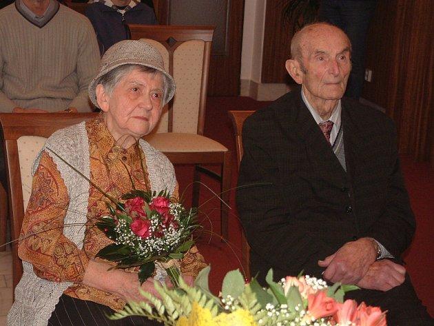 Manželé Marie a Jan Hoškovi z Mýta obnovili manželský slib, šlo už o diamantovou svatbu.