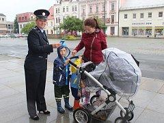 V rámci Pomněnkového dne policisté veřejnost v Rokycanech instruovali, jak postupovat v případě, že pohřeší dítě.