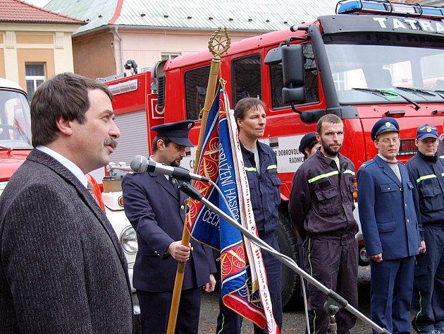 Radničtí hasiči převzali nový automobil.