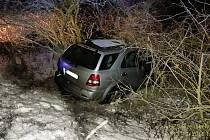 U Oseka skončil večer řidič v příkopu