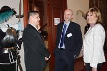 Diskuze se neodehrávala jen v Muchově sálu, bilaterálnímu jednání byly o přestávkách vyhrazeny i další prostory. Debaty – jako v případě Miloše Tučka,  Čestmíra Kahovce  a Ivy Dvořákové –  pokračovaly i na chodbách.