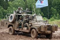 Lehký obrněný transportér Land Rover Defender 130 Kajman při čistění nepřátelských, nejspíše afgánských pozic. Posádka se nebála ani ostré jízdy. A bahna se muži skutečně nezalekli