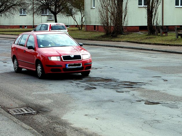 Rokycanská ulice B. Němcové je v hrozném stavu. Obyvatelé města už sepsali petici.