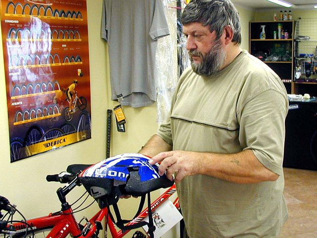 Jak je důležité používat cyklistickou helmu se na vlastní kůži přesvědčil zákazník Václava Berana, rokycanského prodejce jízdních kol (na snímku). Při nárazu na strom se ochrana hlavy rozlámala (ve výřezu), cyklistovi prý každopádně zachránila život.