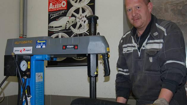 Libor Opatrný (na snímku) z  pneuservisu Kolář v Rokycanech se na nápor řidičů, kteří budou chtít přezout své auto, také teprve chystá.