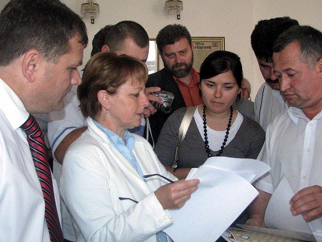 Místostarostové Rokycan Marie Hlávková (druhá zleva) a  Jaroslav Mráz (uprostřed  vzadu) se přímo  ocitli v obležení hostů, když vysvětlovali  návštěvníkům výkon  státní správy a samosprávy města.