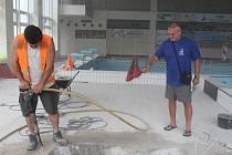 Krytý bazén obsadili stavaři.