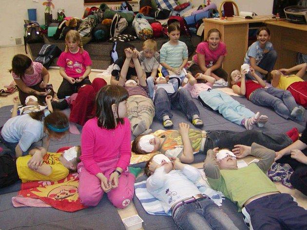 První noc víkendu obsadily rokycanskou knihovnu děti.