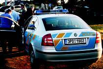 Policisté vyšetřující loupežné přepadení v rokycanském autobazaru.