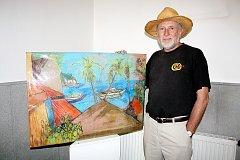 Aleš Sedláček s obrazem zátoky Sabang na Filipínských ostrovech. Foto: Deník/ Božena Šopejstalová