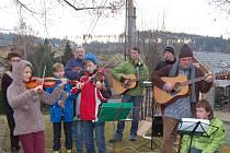 SMĚDČICKÝ SBOR čítá třicet malých i odrostlejších zpěváků. Nácviků se opět ujal Vladimír Sosna (vpravo).