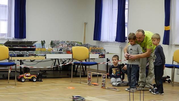 Nejmladší účastníci soutěže RC modelů ve stupenské Prokopcovně. Zleva Míša Bauer a vítězové jednotlivých kategorií Vilda Průha a Karel Jindřich ml.