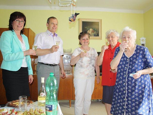 OSLAVU SVÝCH 95. NAROZENIN si Jarmila Ikhamlová užívala. S chutí si se svou dcerou Jarmilou (vedle), místostarostkou Rokycan (uprostřed), starostou města a matrikářkou připila na své zdraví.