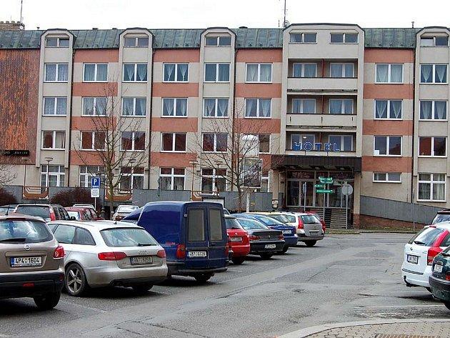 Hotel Bílý lev v centru Rokycan se vrátil do struktury městského úřadu. Výrazně omládl po výměně koberců, nábytku i nové malbě. Inovace se týká rovněž jídelníčku.