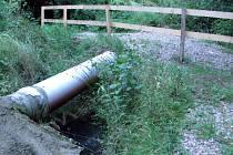 U odkryté dešťové kanalizace dosadila firma zábradlí a zabezpečila cestu.
