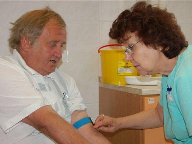 Čtvrteční ráno bylo významné pro Karla Zíbara z Rokycan. Stokrát už navštívil místní transfúzní stanici, aby daroval krev spoluobčanům.
