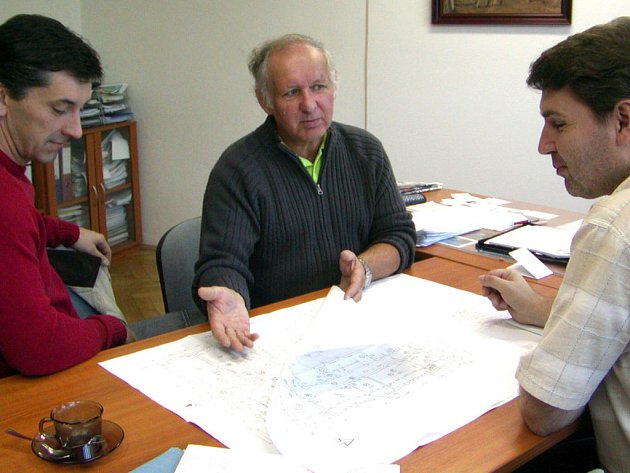 V budově radnice si Petr Černý (vlevo) a Jaroslav Stáňa (vpravo) upřesňovali požadavky ředitele Josefa Bauma (uprostřed) a také památkářů k projektu rekonstrukce ZŠ ulice Míru.