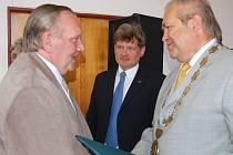 Pavel Pěnkava (vlevo) převzal čestné uznání v rámci oslav 110 povýšení Zbiroha na město.