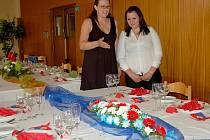 Učni - číšníci se v rámci závěrečných zkoušek prezentují svým umem také v restauraci Sokolovna. Kromě obsluhy hosta a dovednostních úkolů musí připravit i slavnostní tabuli.