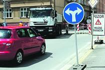 Zkouškou řidičské pozornosti se stala včera ráno frekventovaná komunikace v rokycanské Soukenické ulici. Kvůli rozsáhlým stavebním úpravám tu byla uzavřena část silnice a vznikaly nekonečné fronty vozidel.