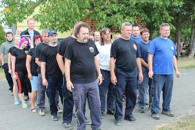 ZE TŘÍ HASIČSKÝCH sborů se rekrutovali účastníci sobotní Štítovecké hadice. Vlevo jsou domácí a vedle nich kolegové z dobrovolných jednotek Příkosic i Skořic.