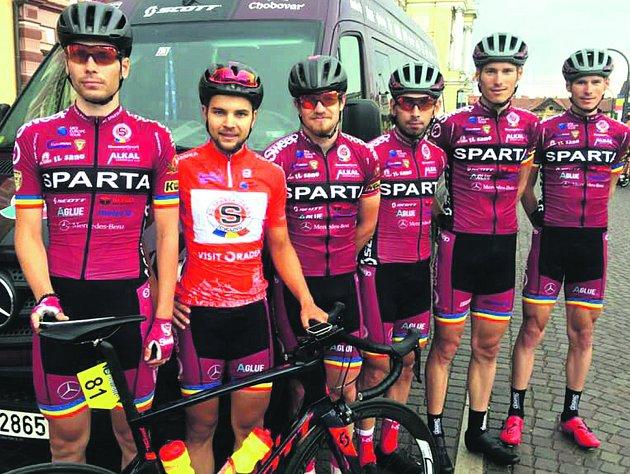 Šestičlenná výprava jezdců rokycanské stáje AC Sparta se prosadila na tříetapovém závodě v Rumunsku. Jiný dres má oceněný vrchař a sprinter Petr Fiala.