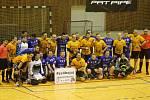 Po skončení divizního souboje mezi florbalisty FBC Rokycany (v modrých dresech) a Panthers Liberec se aktéři včetně rozhodčích sešli při společné fotografii. Vyjádřili tím podporu vážně zraněnému kamarádovi z klubu Kati Kadaň.
