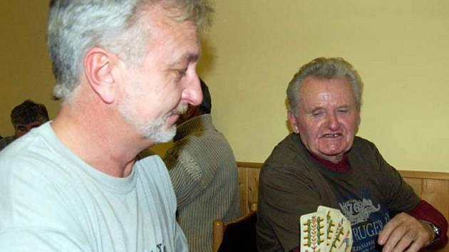 Miroslav Král z Chomle (vpravo) slavil 73. narozeniny při mariášovém turnaji v Kařízku. Vedle něho usedl v posledním kole Vítězslav Vacovský.