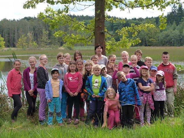 SOUČÁSTÍ týdenního programu party dětí byly i výlety do přírody v okolí. Společnou fotografii na památku si tak udělaly u rozhledny v Břasích, nebo jako zde na snímku u Kokotských rybníků.