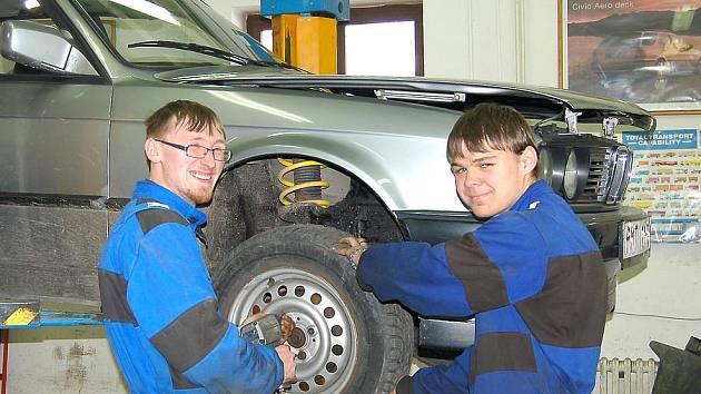 Každý malý chlapec touží být automechanikem  a  dostat se do závodní stáje k věhlasným sportovním vozů. Jan Procházka a Daniel Štercli jsou zatím na začátku svého klukovského snu.