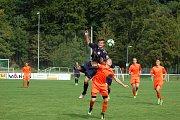 FOTBALOVÝ STARŠÍ DOROST FC Rokycany (v oranžovém) se po vítězství 5:2 se Sportovní školou Plzeň neprosadil proti Rakovníku a prohrál 2:3. Souboj o míč sváděl Ondřej Lang s rakovnickým Oldřichem Hulou.