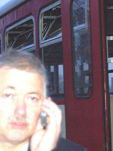 Po šesté hodině ranní vyjížděli v úterý rokycanští hasiči ke Kovohutím. V posledním voze motoráčku hořelo naftové topení. Vlakvedoucí František Savkov organizoval práce tak, aby lokálka mohla pokračovat dál na jih.
