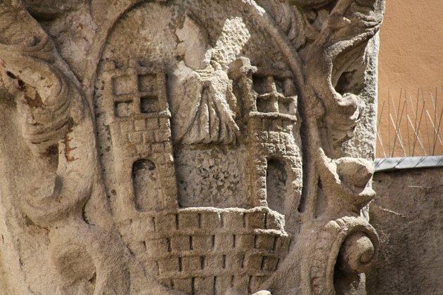 Poznejte, co je na fotografii. Prozradíme, že se jedná o reliéf, který se nachází nedaleko Masarykova náměstí v okresním městě.