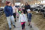 Nejen produkční halou zemědělské společnosti v Oseku procházeli včera dopoledne malí návštěvníci z místní školky.