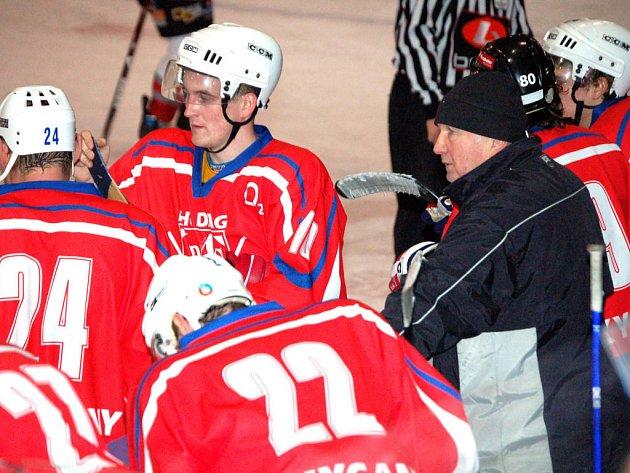 Hokejisté HC DAG Rokycany nastupovali pod vedením zkušeného trenéra Karla Trachty, který na snímku uděluje svým svěřencům pokyny.