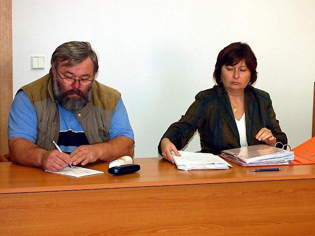 Starosta Němčovic Karel Ferschmann a advokátka Sylva Rychtalíková.
