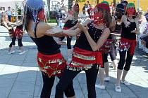 V rámci slavností české muziky - Vačkářova Zbiroha - se děvčata ze ZUŠ Zbiroh představila nejen jako mažoretky, ale i jako orientální tanečnice.