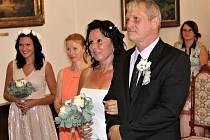Jaroslav Fürst a Pavlína Stýblová vstupovali do manželství z obřadní síně rokycanské radnice. V sobotu po poledni je na společnou pouť vyslal oddávající Lukáš Rada.