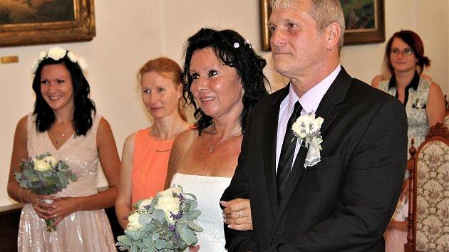 Jaroslav Fürst a Pavlína Stýblová vstupovali do manželství z obřadní síně rokycanské radnice.