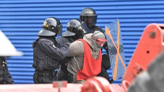 Zatýkání jednoho z demonstrantů.