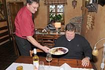 Každoroční ´obřad´ na Martina. Od 11 hodin se může k tradiční hude otevřít i mladé víno (ilustrační foto).