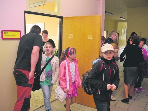 Nervózní rodiče čekali na chodbách na konec přijímacích zkoušek.