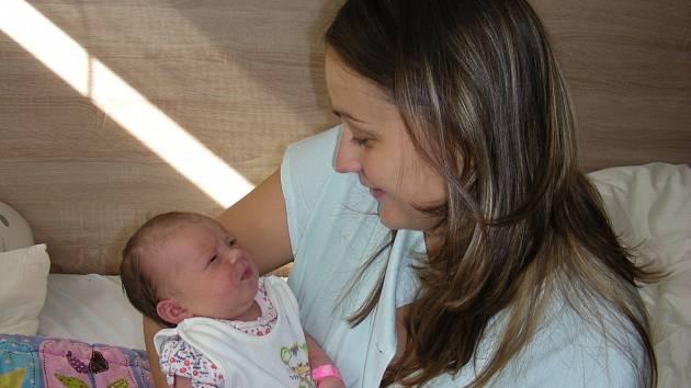 ELIŠKA LUKEŠOVÁ prvorozené štěstí, dceru Elišku chová v náručí maminka Veronika Sečová. Eliška prvně pohlédla na svět 20. srpna 2017 v hořovické porodnici, vážila 3,57 kg a měřila 49 cm. Tatínek Tomáš Lukeš si partnerku a dcerku odvezl do Mirošova.